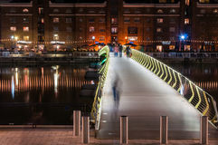 Belichtete Fußbrücke herein über Norddock in Canary Wharf bis zum Nacht Stockbild