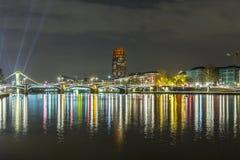 Belichtete Gebäude und Skyline nachts in Frankfurt Stockbilder