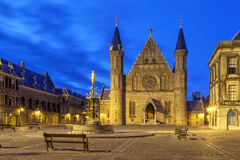 Belichtete gotische Fassade von Ridderzaal, Den Haag Stockfoto