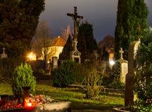 Belichtete Gräber an einem historischen Friedhof Stockfotografie