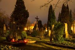 Belichtete Gräber an einem historischen Friedhof Stockbild