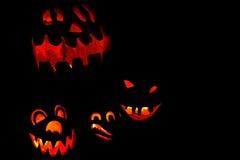 Belichtete Halloween-Kürbise Stockbild