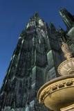 Belichtete Haube Köln in Deutschland von der Froschperspektive am nig lizenzfreie stockfotografie