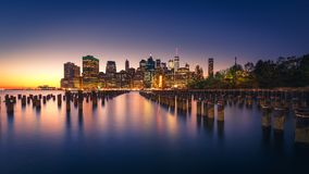 Belichtete Manhattan-Skyline mit Reflexionen New York City lizenzfreies stockfoto