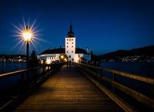 Belichtete Promenade zum Schloss Ort in Stunde Gmunden in der Dämmerung stockbilder