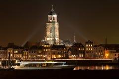Belichtete Skyline der Stadt von Deventer in Stockfotos