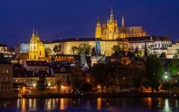 Belichtete Stunde Prags in der Dämmerung mit einem wolkenlosen blauen Himmel, der im die Moldau-Fluss- Ansicht am Schloss sich re stockbilder