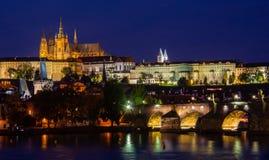 Belichtete Stunde Prags in der Dämmerung mit einem wolkenlosen blauen Himmel, der im die Moldau-Fluss- Ansicht am Schloss und am  lizenzfreie stockfotografie