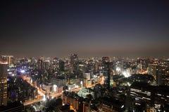 Belichtete Tokyo-Skyline während des Sonnenuntergangs lizenzfreie stockfotografie