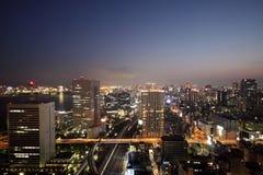 Belichtete Tokyo-Skyline während des Sonnenuntergangs stockfotografie