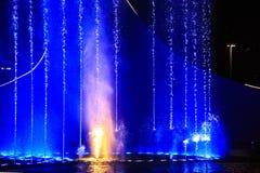 Belichteter Brunnen nachts Leuchte- und Wassererscheinen Stockfotografie