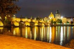 Belichteter Charles Bridge reflektierte sich in die Moldau-Fluss bis zum Nacht Prag, Tschechische Republik stockfotografie