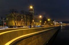 Belichteter Damm von Fluss Neva in der Winternacht Panoramakai von altem St Petersburg, Russland lizenzfreie stockbilder