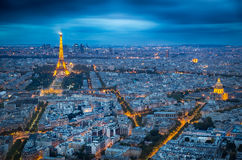 Belichteter Eifel-Turm an der Dämmerung an einem bewölkten Tag Lizenzfreie Stockfotografie