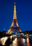 Belichteter Eiffelturm an der Dämmerung Stockbild