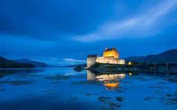 Belichteter Eilean Donan Castle an der Dämmerung stockbilder
