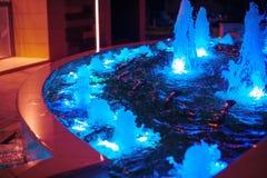 Belichteter farbiger Nachtbrunnen in der Stadt Lizenzfreie Stockfotografie