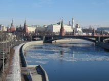 Belichteter Fluss Moskaus der Kreml und Moskaus am Wintermorgen Rötlicher und goldener Himmel mit Wolken Russland lizenzfreie stockfotos