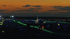 Belichteter Frankfurt-Flughafen an der Dämmerung stock video