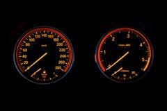 Belichteter Geschwindigkeitsmesser und Tachometer lizenzfreies stockfoto