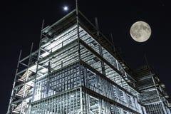 Belichteter hoher Aufstiegsbau der Nachtzeit Stockfoto
