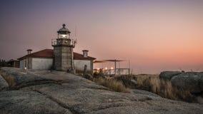 Belichteter Leuchtturm über dem Meer und die Küste von Galizien stockbild
