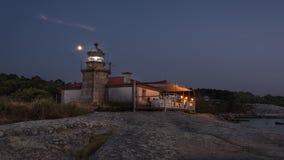 Belichteter Leuchtturm über dem Meer und die Küste von Galizien stockbilder