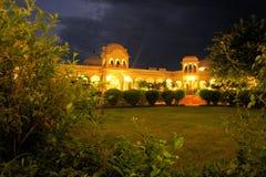 Belichteter Palast in Orcha nachts, Indien stockfoto