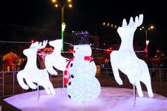 Belichteter Schneemann mit Weihnachtsrotwild Stockfoto