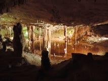 Belichteter See innerhalb einer dripstone Höhle stockfotografie
