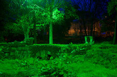 Belichteter Steingarten des feenhaften Grüns im Park Stockfotos