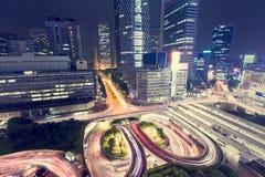 Belichteter Verkehr schlingt sich außerhalb Shinjuku-Station, Shinjuku, Tokyo von oben genanntem nachts lizenzfreie stockfotografie