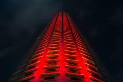 Belichteter Wolkenkratzer nachts in Singapur Lizenzfreie Stockbilder