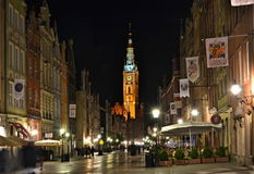 Belichtetes altes Stadtzentrum mit einem farbigen Turm am Abend Stockbilder