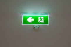 Belichtetes grünes Ausgangszeichen verschob von der Decke Stockfotos