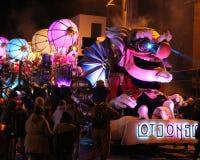Belichtetes Karnevals-Floss Stockfotos