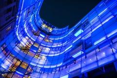 Belichtetes modernes Gebäude von Hauptsitzen BBCs London nachts, Großbritannien Lizenzfreie Stockfotos