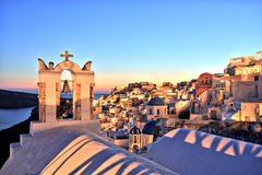 Belichtetes Oia-Dorf bei Sonnenuntergang auf Santorini-Insel Lizenzfreie Stockfotografie
