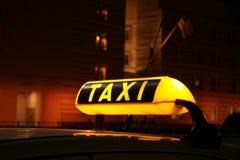 Belichtetes Taxizeichen Stockfotografie