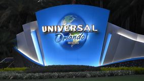 Belichtetes Universal Studios-Zeichen und -logo am Nachthintergrund stock video
