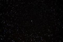 Belichtung der langen Zeit mit Polarstern und bunten Sternspuren stockfoto