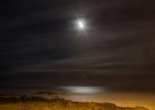 Belichtung der langen Zeit nachts des Mondes über der wilden Küste an t Stockbild