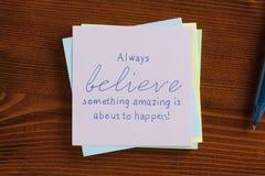 Believe scritto su una nota immagine stock libera da diritti