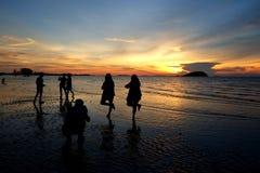 Belitungs-Sonnenuntergang - rüttelnd entlang dem Strand stockfoto