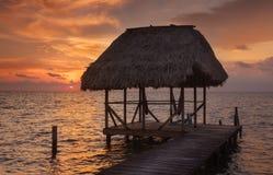 Belize förlägga i barack under solnedgång Royaltyfri Fotografi
