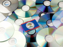 Belize flaga na górze cd i DVD stosu odizolowywającego na bielu Obrazy Royalty Free