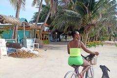 BELIZE - JUNI 10: Panoramautsikt av Caye Caulkerstrand i Belize på Juni 10,2013 Arkivfoto
