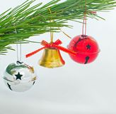 Bell avec l'arc rouge, deux rouleaux sur l'arbre de Noël Images libres de droits