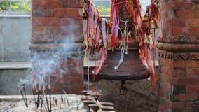 Bell con i nastri nel tempio indù stock footage
