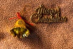 Bell con la palabra en tela, aún vida de la Feliz Navidad Fotografía de archivo